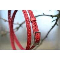 Jemný dírkovaný červený kožený opasek