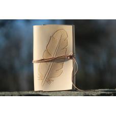 Deník z přírodní kůže s rytým peříčkem