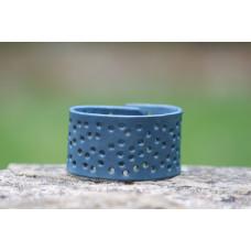Modrý dírkovaný kožený náramek
