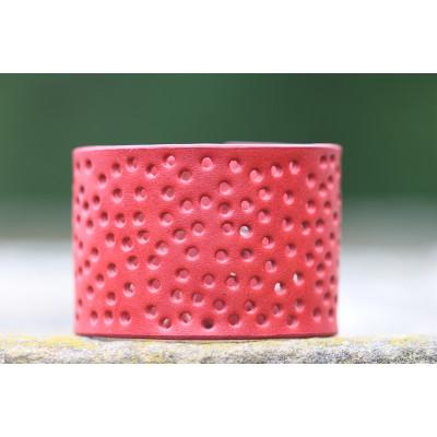 Červený dírkovaný kožený náramek