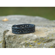 Černý dírkovaný kožený náramek