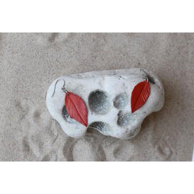 Červená pírka - náušnice z kůže