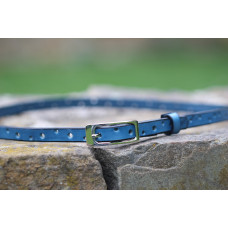 Dírkovaný modrý kožený opasek