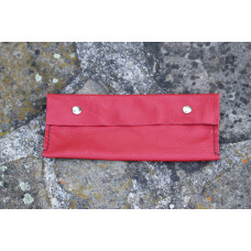 Červená kožená kapsa, pouzdro